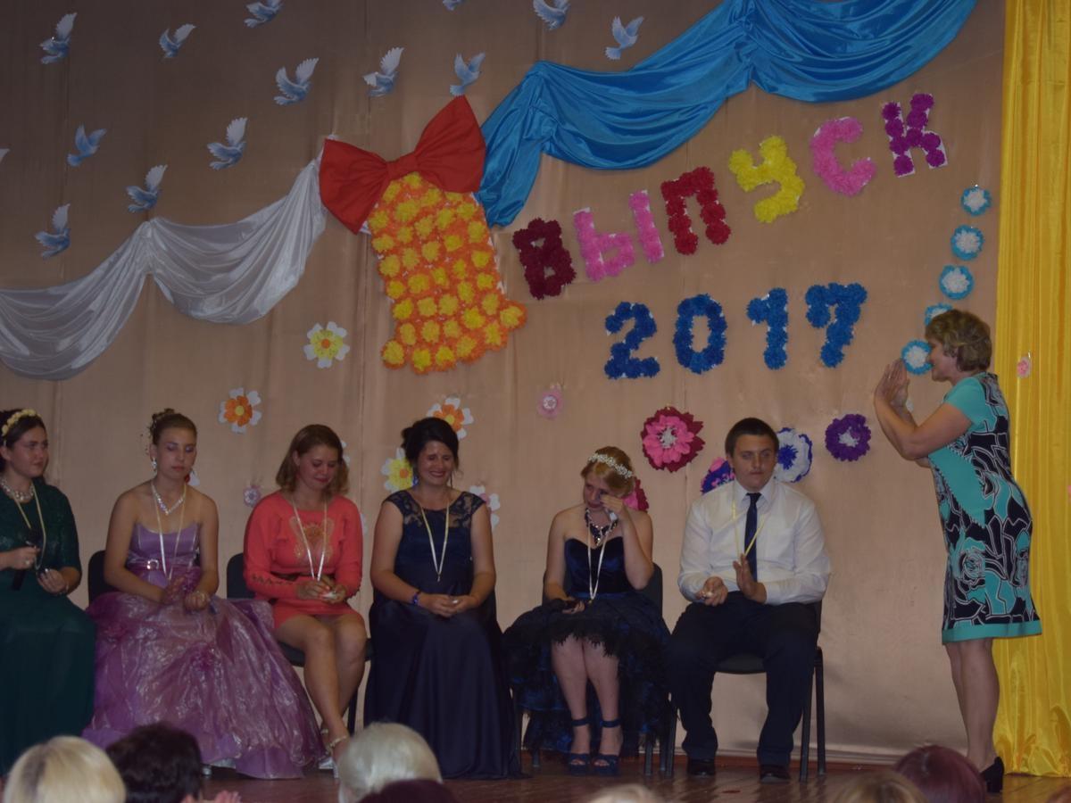 Необычное поздравление на выпускном от первого учителя